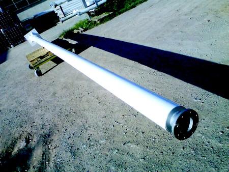 éolienne - Vue du mât éolienne avec au fond la platine de fixation et au premier plan le système permettant la mise en place du module de production de courant électrique éolien.