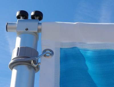 mât télescopique - Détail sur la fixation de la potence en sommet de mât ainsi que de la fixation supérieure de la bannière.