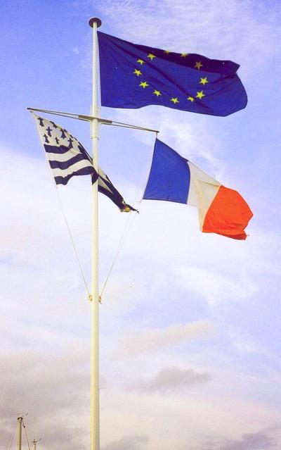mât pour drapeau - mât vergue à trois pavillons