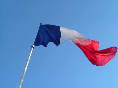 mât : drapeau pavillon français flottant dans le ciel bleu